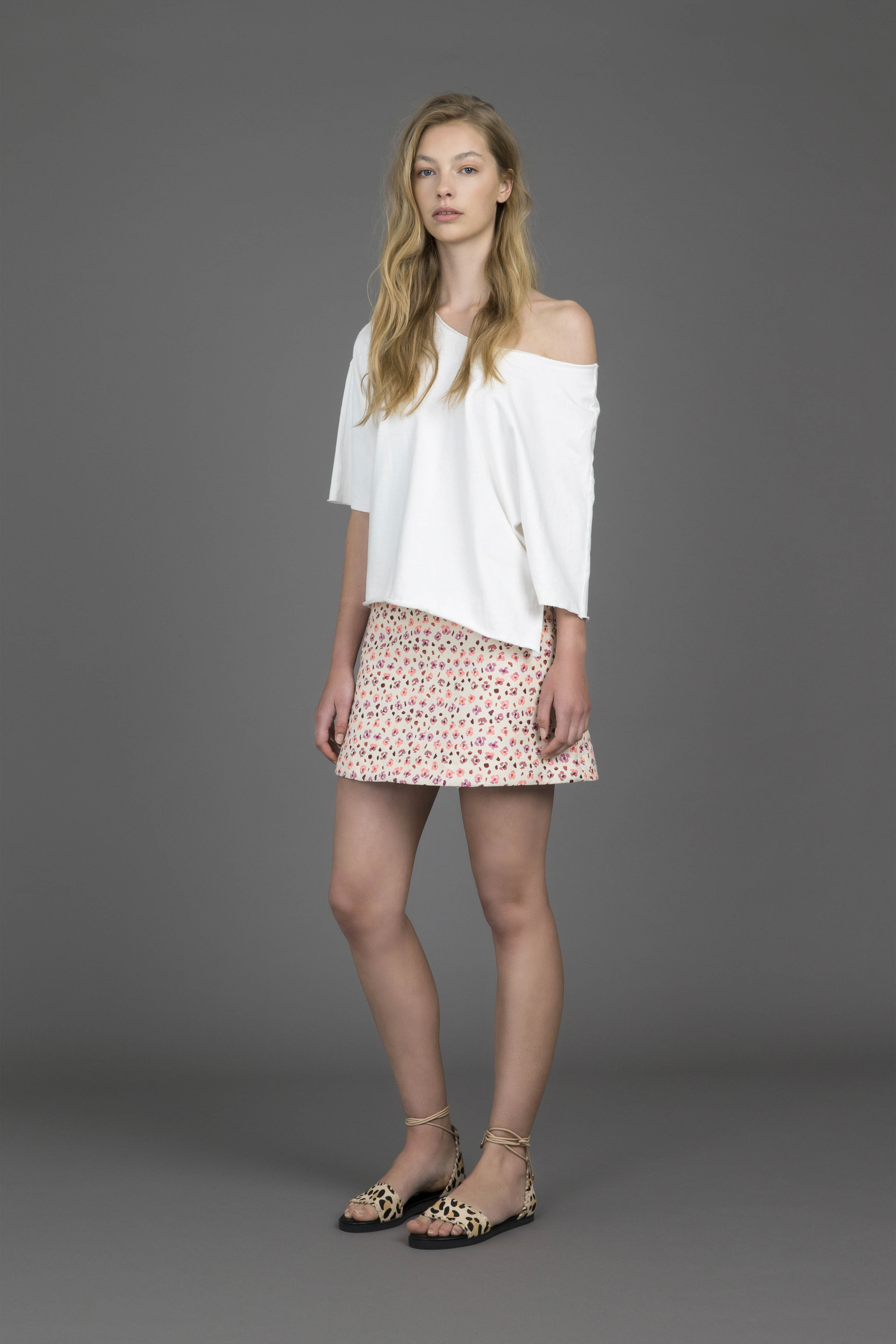 ruby-gogo-t-shirt-soleil-miniskirt