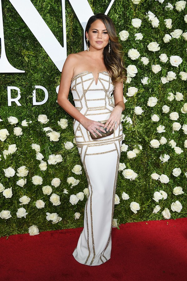 The Tony Awards 2017 gave us some incredible red carpet looks including Chrissy Teigen in this Pamela Roland dress.